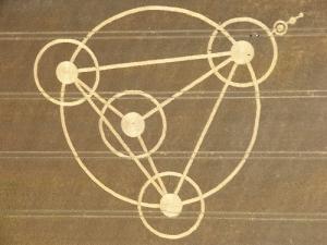 Contoh cropcircle (lingkaran tanaman) bentuk segitiga, yang bermakna simbol perjalanan pohon bagi kehidupan (journey of the tree fo life). Dilaporkan 22 Juli 2009 di Woodborough Hill, nr Alton Barnes, Wiltshire.