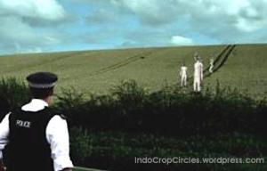 "Terlihat petugas kepolisian menghampiri ketiga makhluk ""tak dikenal"" yang pada awalnya disangka petugas forensik dengan pakaian serba putih sedang menyelidiki crop circle yang baru terbentuk beberapa hari lalu. (gambar ilustrasi)"