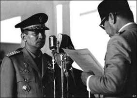 Soeharto diberikan mandat dengan dikeluarkannya Supersemar untuk mengatasi keadan oleh presiden Sukarno