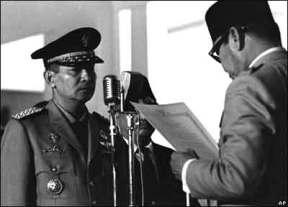http://indocropcircles.files.wordpress.com/2011/08/soeharto-dilantik-menjadi-presiden-setelah-mengeluarkan-supersemar-ke-presiden-sukarno.jpg?w=288&h=207