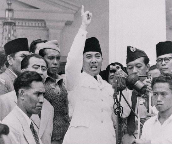 http://indocropcircles.files.wordpress.com/2011/08/sukarno-speech.jpg