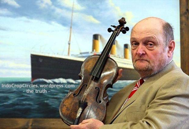 biola titanic - Pelelang Alan Aldridge memegang biola milik Wallace Hartley, pemimpin orkestra di RMS Titanic
