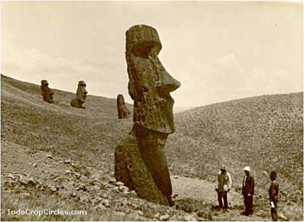 Arkeolog masa lalu sedang memperhatikan Moai di Pulau Paskah