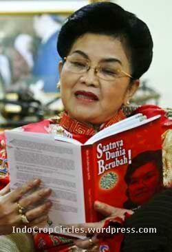 Siti Fadilah dan bukunya