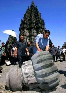 Presiden SBY melihat kondisi Candi Prambanan saat gempa Jogjakarta 2006