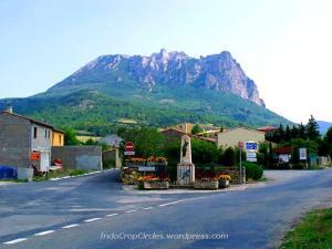 Gunung Pic de Bugarach terlihat menjulang dari salah satu sudut desa.