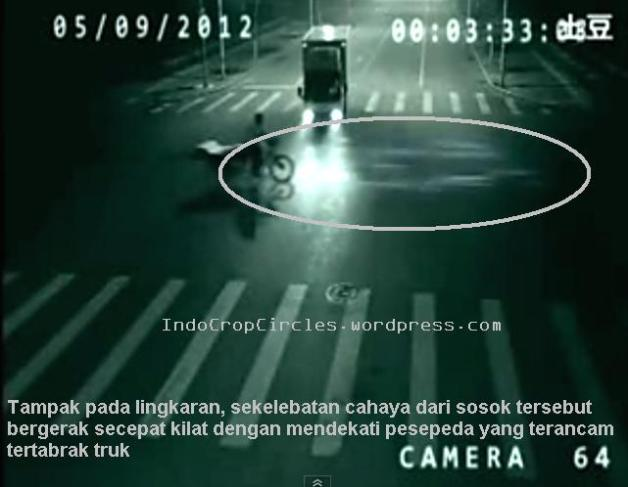 Frame 1 - Persimpangan jalan di Cina, 5 September 2012 - Tampak pada kamera CCTV, seorang pengendara sepeda akan ditabrak sebuah truk yang melaju kencang tiba-tiba tampak pula sekelebatan cahaya secepat kilat mendekati pesepeda.