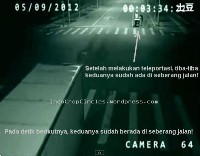 Frame 4 - Setelah keduanya menghilang dengan cara teleport persis di depan truk yang sedang melintas, pada detik selanjutnya tiba-tiba terjadi lagi pendaran cahaya teleport di seberang jalan. Lalu kedua orang tadi kembali berwujud nyata setelah pendaran cahaya meredup. (Persimpangan jalan di Cina, 5 September 2012)