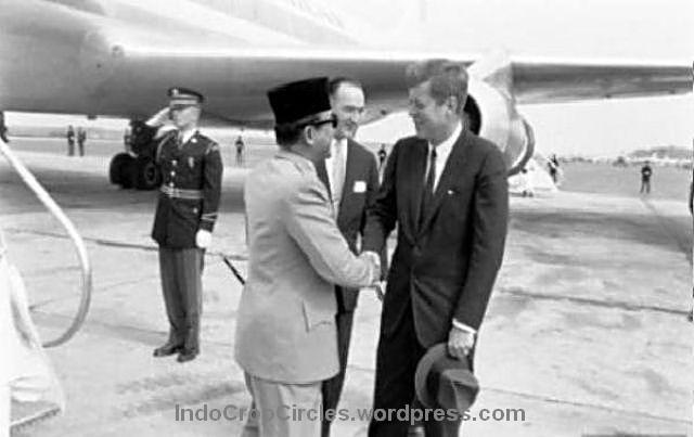 Presiden AS John F Kennedy langsung menyambut kedatangan Presiden Soekarno di tangga pesawat