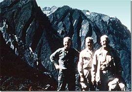 Forbes Wilson kanan bersama anggota geologist Freeport di Erstberg 1967