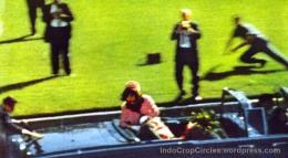 Presiden AS, John F Kennedy ditembak saat bersama istrinya di mobil kap terbuka