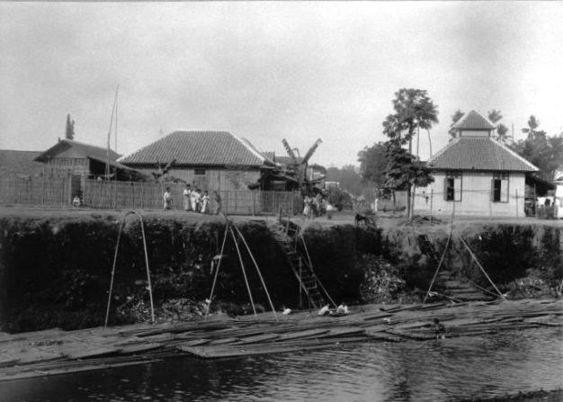 Jakarta jadul COLLECTIE_TROPENMUSEUM_Bamboetransport_bij_kampong_Kwitang_in_Batavia._1910-1920