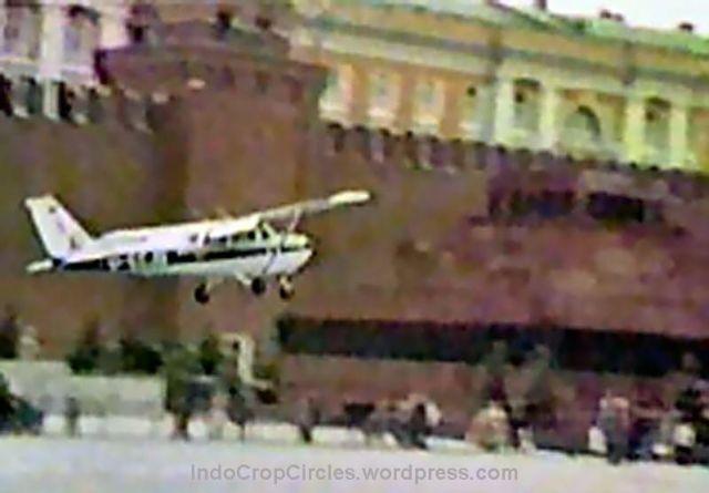 Pesawat Cessna Mathias Rust saat terbang rendah sebanyak tiga kali diatas Lapangan Merah Moskow yang bertujuan untuk membuat warga menyingkir agar ia bisa mendarat.