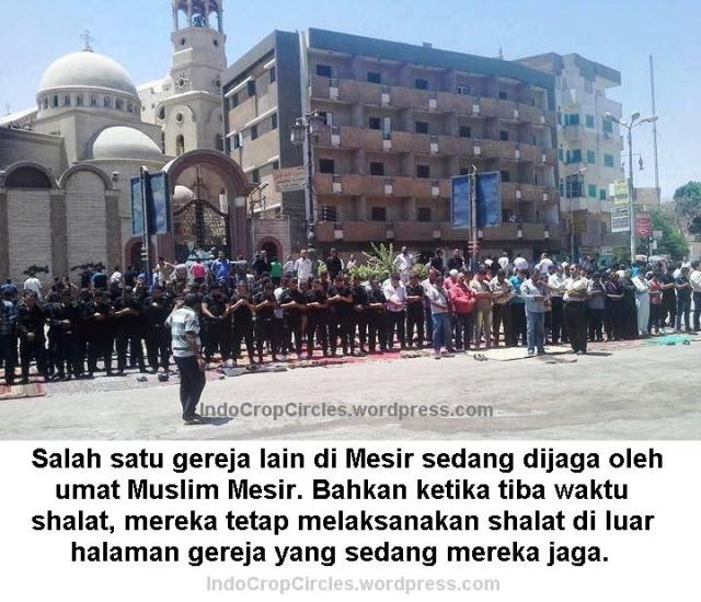egypt muslims protecting mosque 2