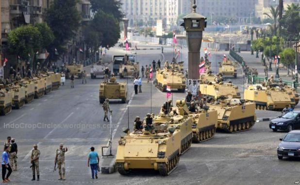 Tentara Mesir di atas kendaraan lapis baja menjaga Lapangan Tahrir, di Kairo
