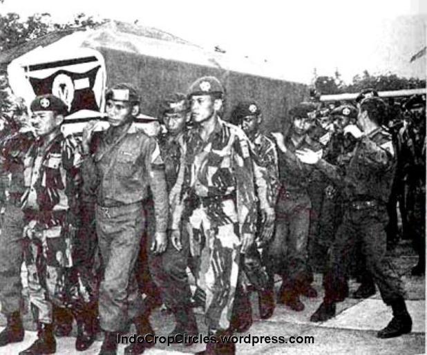 Tampak salah satu peti jenazah Pahlawan Revolusi sedang diangkat dan dimakamkan di Taman Makam Pahlawan Kalibata, Jakarta.