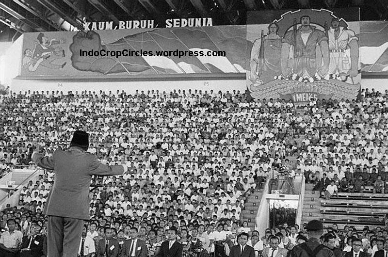 Sukarno addressing a PKI rally.