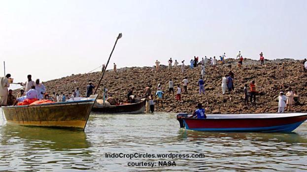 warga sekitar melihat pulau baru akibat gempa di Pakistan (Photo by NASA)