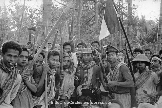 Youth armed to the teeth ready to kill communists at Mount Merapi area, November 1965