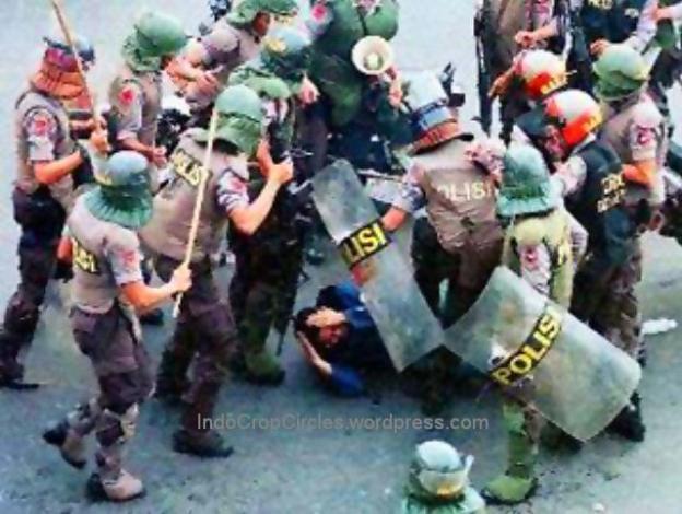 aparat-keamanan-memukuli-mahasiswa-trisakti-tanpa-belas-kasihan