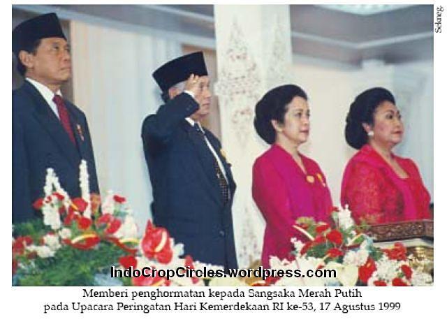 Habibie hormat bendera pusaka 17-8-1999 001