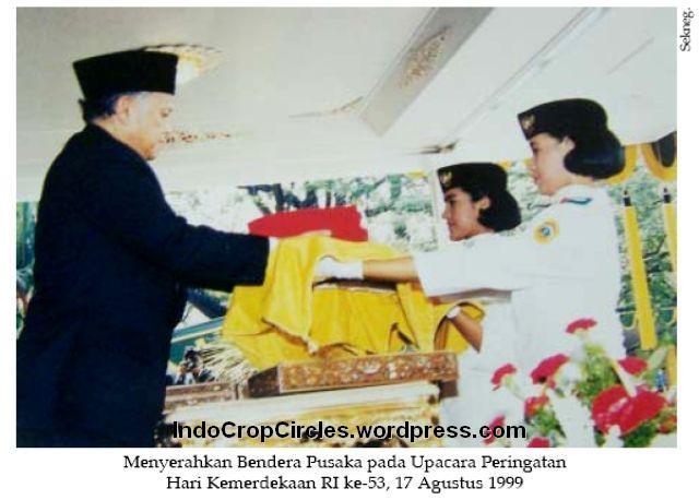 Habibie menyerahkan bendera pusaka 17-8-1999 001