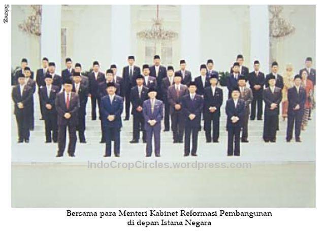 kerusuhan 1998 Habibie berfoto dengan Kabinet Reformasi Pembangunan 23 Mei 1998 di Istana negara 001
