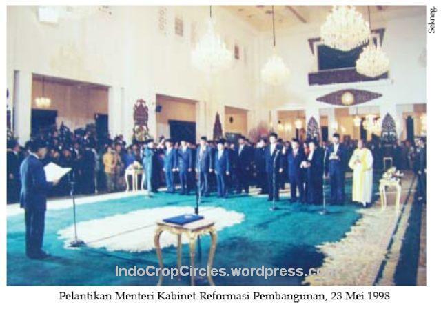 kerusuhan 1998 Habibie melantik Kabinet Reformasi Pembangunan 23 Mei 1998 di Istana negara 001