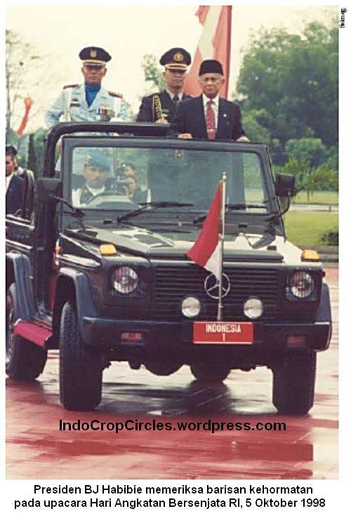kerusuhan 1998 Habibie periksa barisan kehormatan 001