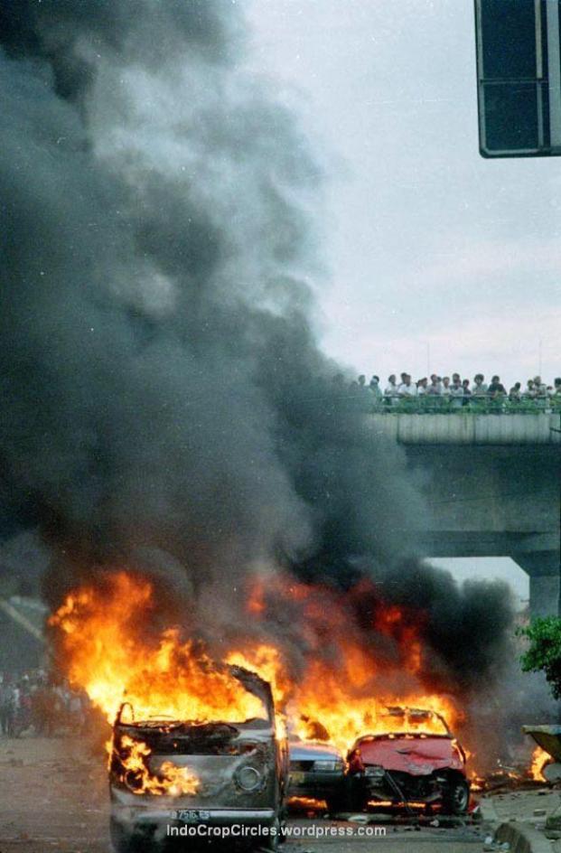 Mobil yang terbakar pada kerusuhan, Jakarta, 14 Mei 1998 di Matraman, Jakarta (TEMPO/Rully Kesuma)
