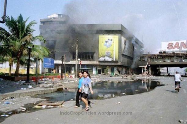 Kerusuhan 13-14 Mei 1998 di daerah Glodok, Jakarta. (TEMPO/ Rully Kesuma)