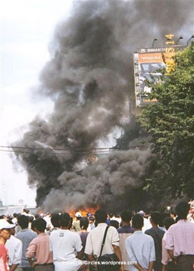 Massa membakar banyak pertokoan pada kerusuhan tanggal 13 Mei 1998, Jakarta. (Bodhi Chandra)