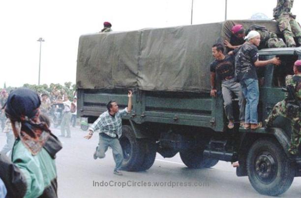 Protes mahasiswa menolak Sidang Istimewa MPR dengan tentara pasukan marinir mengamankan kerusuhan yang terjadi di sekitar Jembatan Semanggi, Jakarta, 1998. (TEMPO/ Robin Ong)