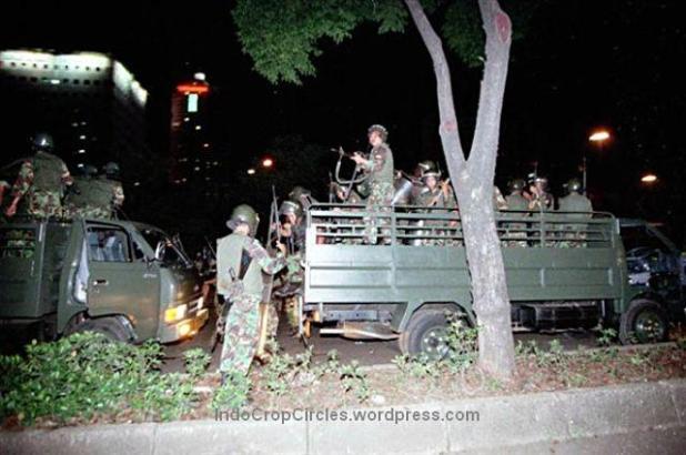 Tentara dari pasukan anti huru hara (PHH) menembaki mahasiswa/ warga saat terjadi kerusuhan di sekitar Jembatan Semanggi, Jakarta, 1998. (TEMPO/ Rully Kesuma)
