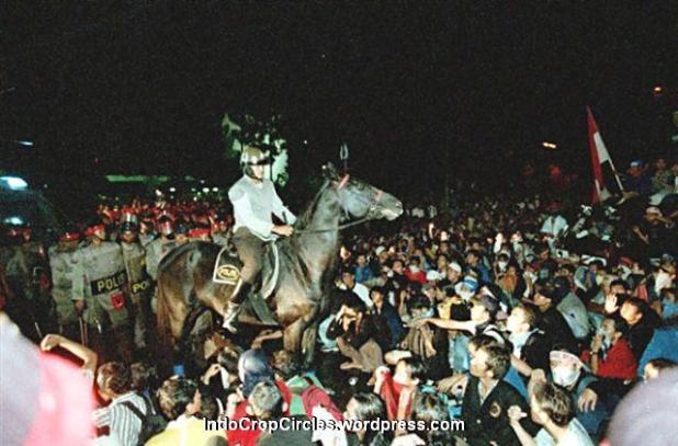 Polisi berkuda menghalau mahasiswa saat terjadi kerusuhan di Semanggi, Jakarta, 1998. (TEMPO/ Robin Ong)