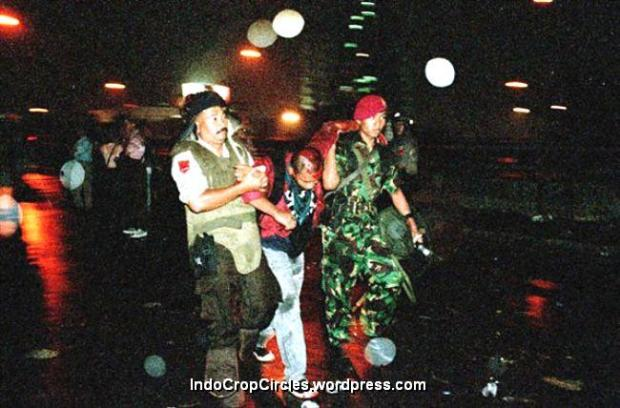 Tentara dan polisi membopong mahasiswa yang menjadi korban saat terjadi kerusuhan di Semanggi, Jakarta, 1998. (TEMPO/ Robin Ong)