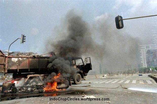 Truk dan mobil terbakar pada kerusuhan Mei, Jakarta, Selasa 14 Mei 1998. (TEMPO/ Rully Kesuma)