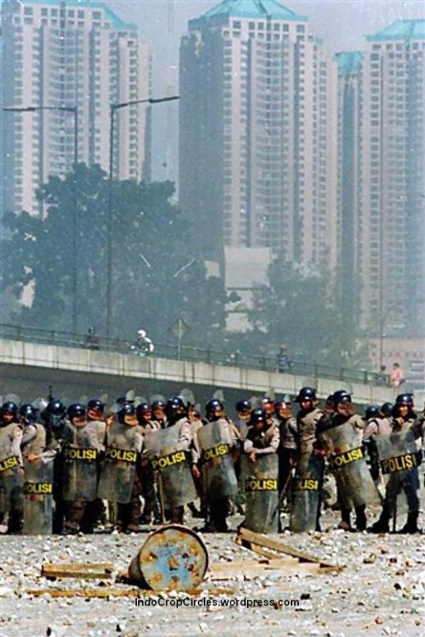 Polisi pada kerusuhan Jakarta, 14 Mei 1998 dekat kampus Trisakti (DR/Rully Kesuma)
