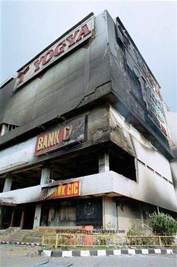 Toserba Yogya Klender setelah terbakar pada kerusuhan Mei, Jakarta, 14 Mei 1998. (DR/ Rully Kesuma)
