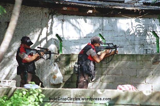 Polisi dengan senapan mengintai setelah penembakan mahasiswa Trisakti / kerusuhan Mei 1998 (TEMPO/Rully Kesuma)
