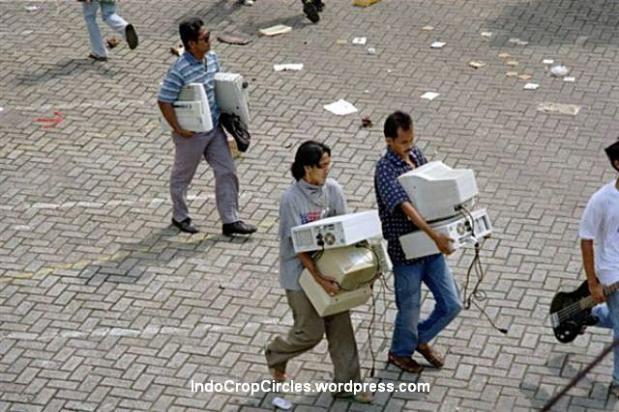 Kerusuhan dengan para penjarah mengambil komputer di Jakarta, 13-14 Mei 1998. (TEMPO/ Rully Kesuma)