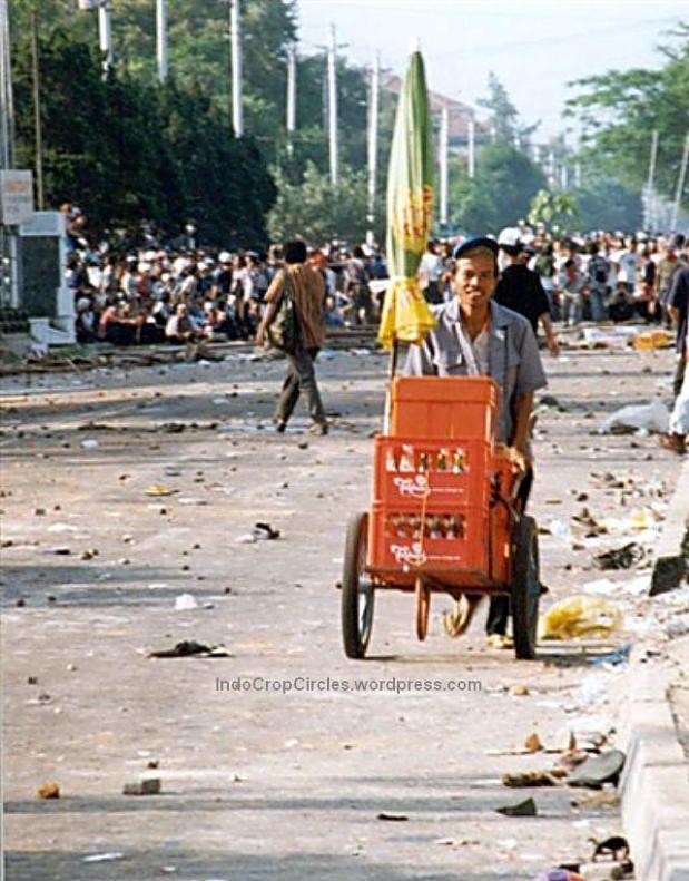 Pedagang asongan yang menjual teh botol berlari saat kerusuhan Mei, Jakarta, 13 Mei 1998. (TEMPO/ Yunizar Karim)