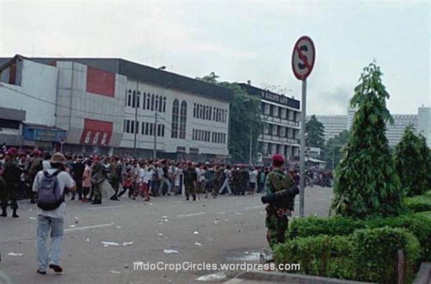 Kerusuhan Mei akibat tragedi Semanggi di sekitar Atrium Plasa, Senen, Jakarta, 1998. (TEMPO/ Gatot Sriwidodo)