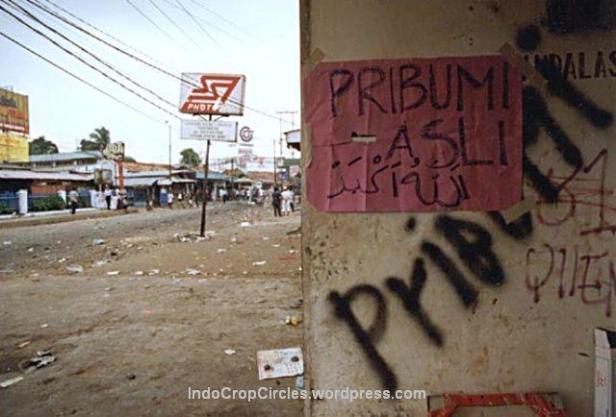 Tembok sebuah pertokoan yang ditulisi milik pribumi asli di Pondok Gede saat terjadi kerusuhan tanggal 14 Mei 1998, Jakarta. (Bodhi Chandra)