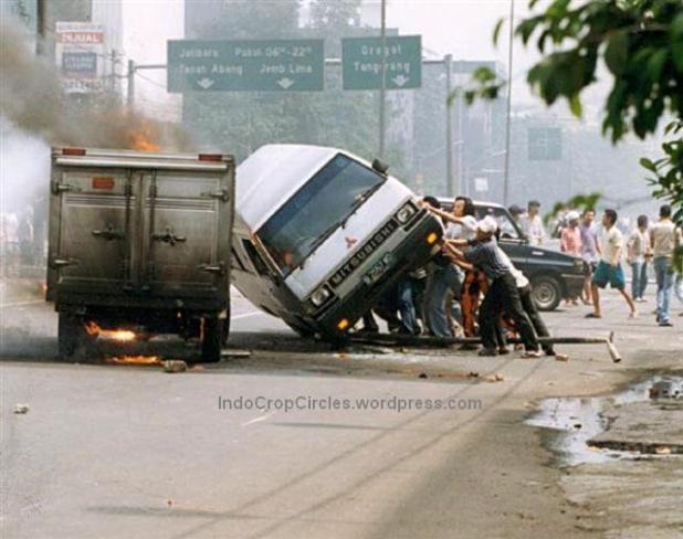 Massa membalik dan membakar mobil pada kerusuhan tanggal 14 Mei 1998 di jalan Hasyim Ashari, Jakarta. (DR/Bodhi Chandra)