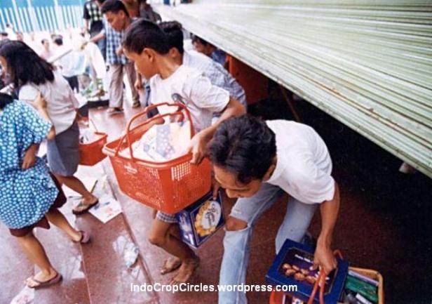Massa penjarah dengan barang jarahan di golden trully harmoni pada kerusuhan tanggal 14 Mei 1998 di Jakarta. (Bodhi Chandra)