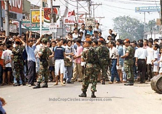 Massa yang akan menjarah di Pondok Gede dijaga oleh tentara anggota Paskhas Angkatan Udara pada kerusuhan tanggal 13 Mei 1998. (Yunizarr Karim)