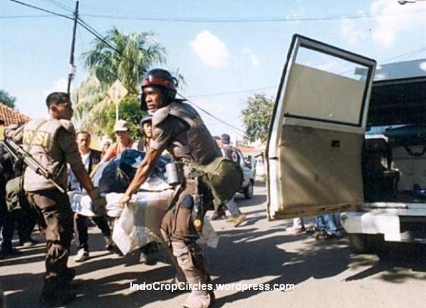 Polisi mengangkat mayat yang menjadi korban pada kerusuhan tanggal 13 Mei 1998, Jakarta. (Yunizar Karim)
