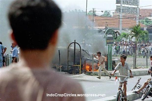 Kerusuhan 13-14 Mei 1998 di daerah Manggarai, Jakarta. (TEMPO/ Rully Kesuma)