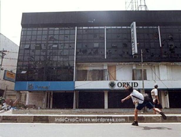 Anak sekolah melempari pertokoan di Jalan Hasyim Ashari pada kerusuhan tanggal 13 Mei 1998, Jakarta. (Bodhi Chandra)